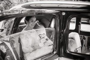 Fotografía de bodas. Novia. Coche.